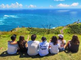 Estudiantes en Nueva Zelanda en la costa